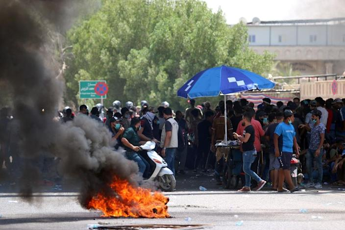 Protesters burn tyres during a demonstration against unemployment and a lack of basic services, in the southern Iraqi city of Basra on July 15, 2018 (AFP Photo/Haidar MOHAMMED ALI)