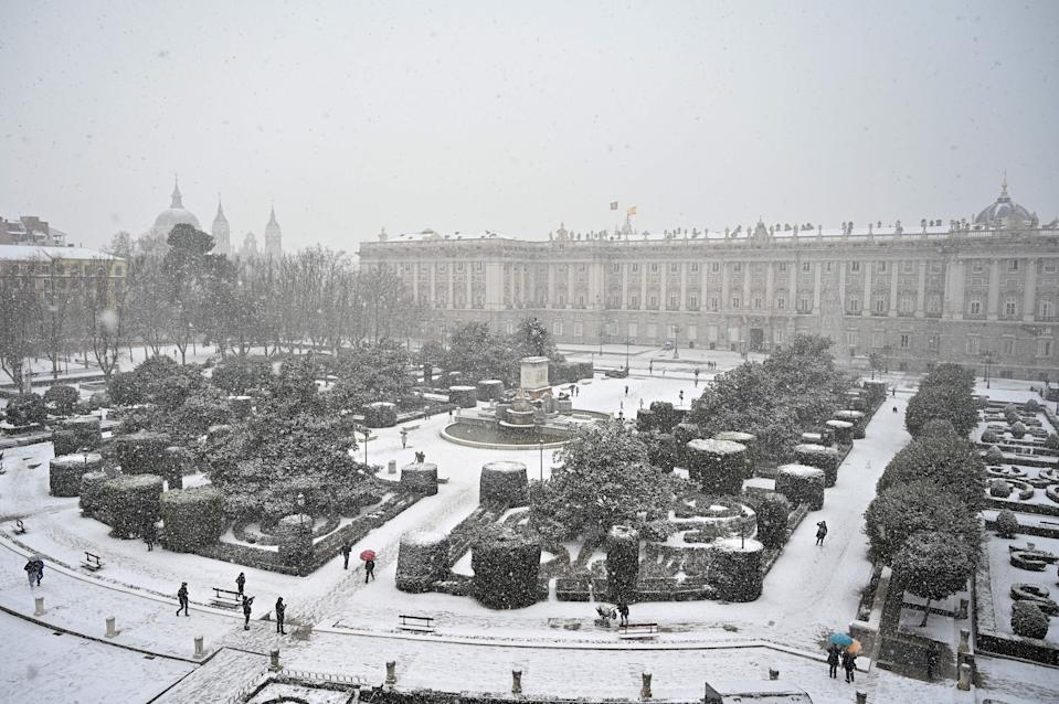El Palacio Real de Madrid se ve completamente cubierto de nieve después de dos días seguidos nevando en la ciudad. (Photo by GABRIEL BOUYS/AFP via Getty Images)