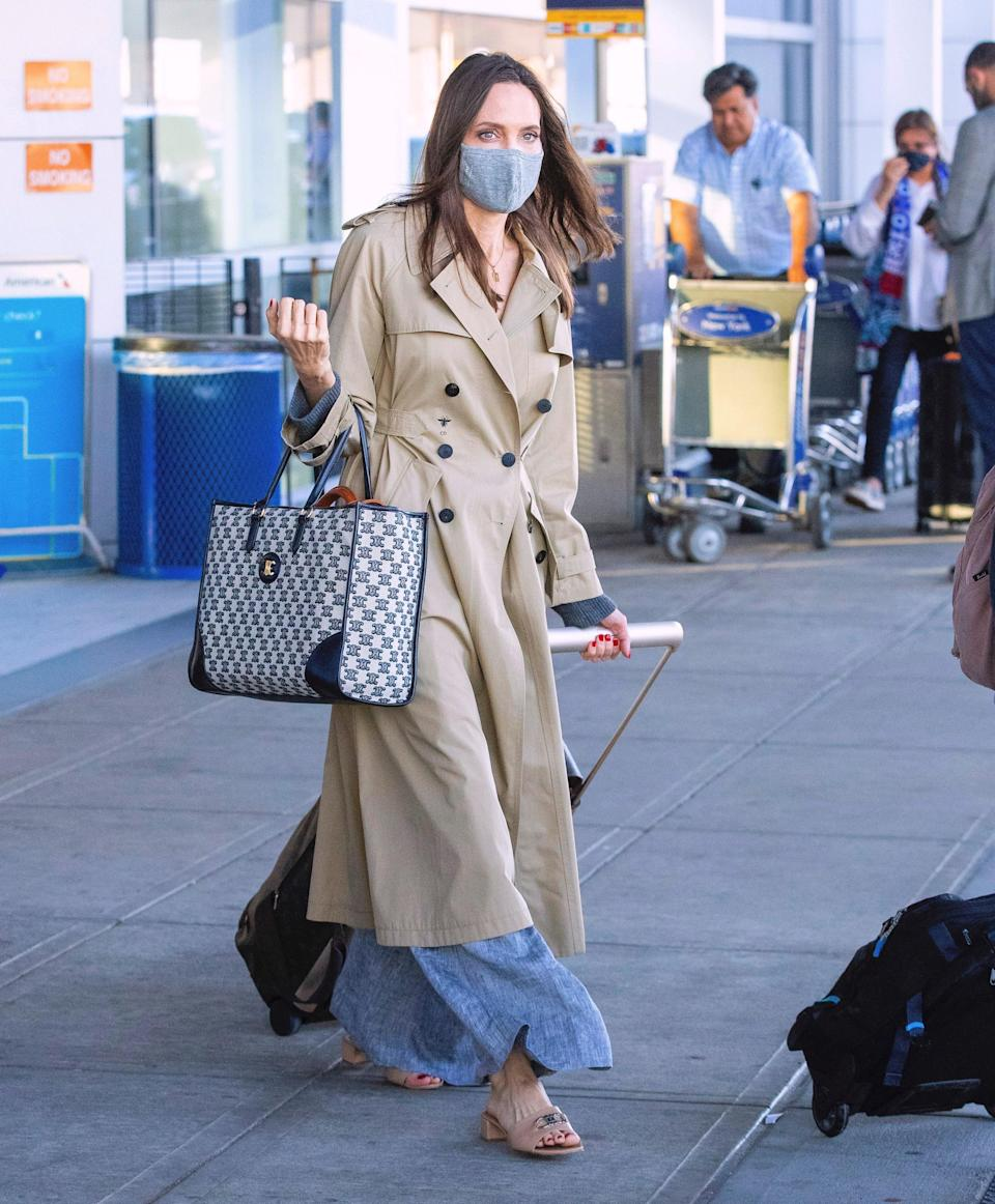 """<h1 class=""""title"""">EXCLUSIVE: PREMIUM EXCLUSIVE--Angelina Jolie Looks Chic As She Whisks Her Entire Brood Off To New York For Birthday Trip Amid Bitter Custody Battle With Brad Pitt</h1><cite class=""""credit"""">Photo: Splash News</cite>"""