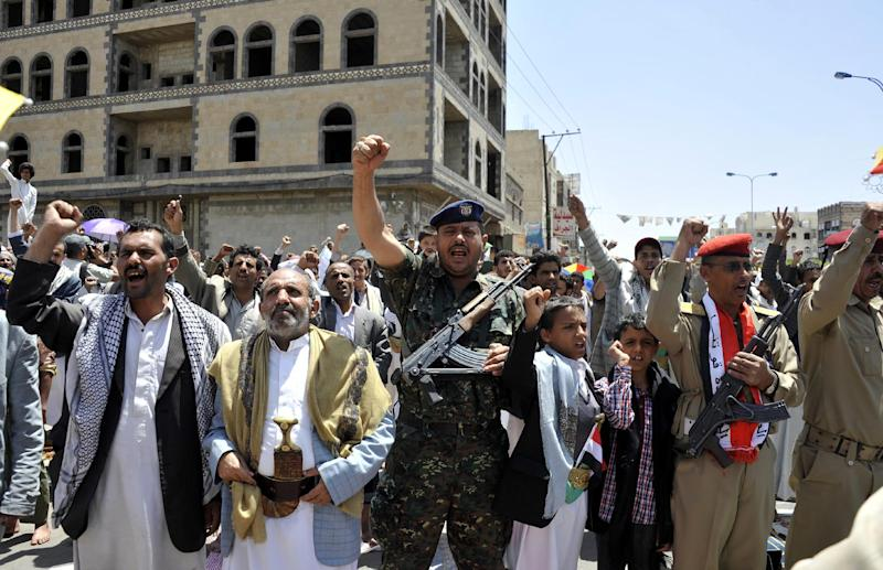 Yemeni supporters of Shiite rebels chant slogans during a rally in the capital Sanaa on September 19, 2014 (AFP Photo/-)