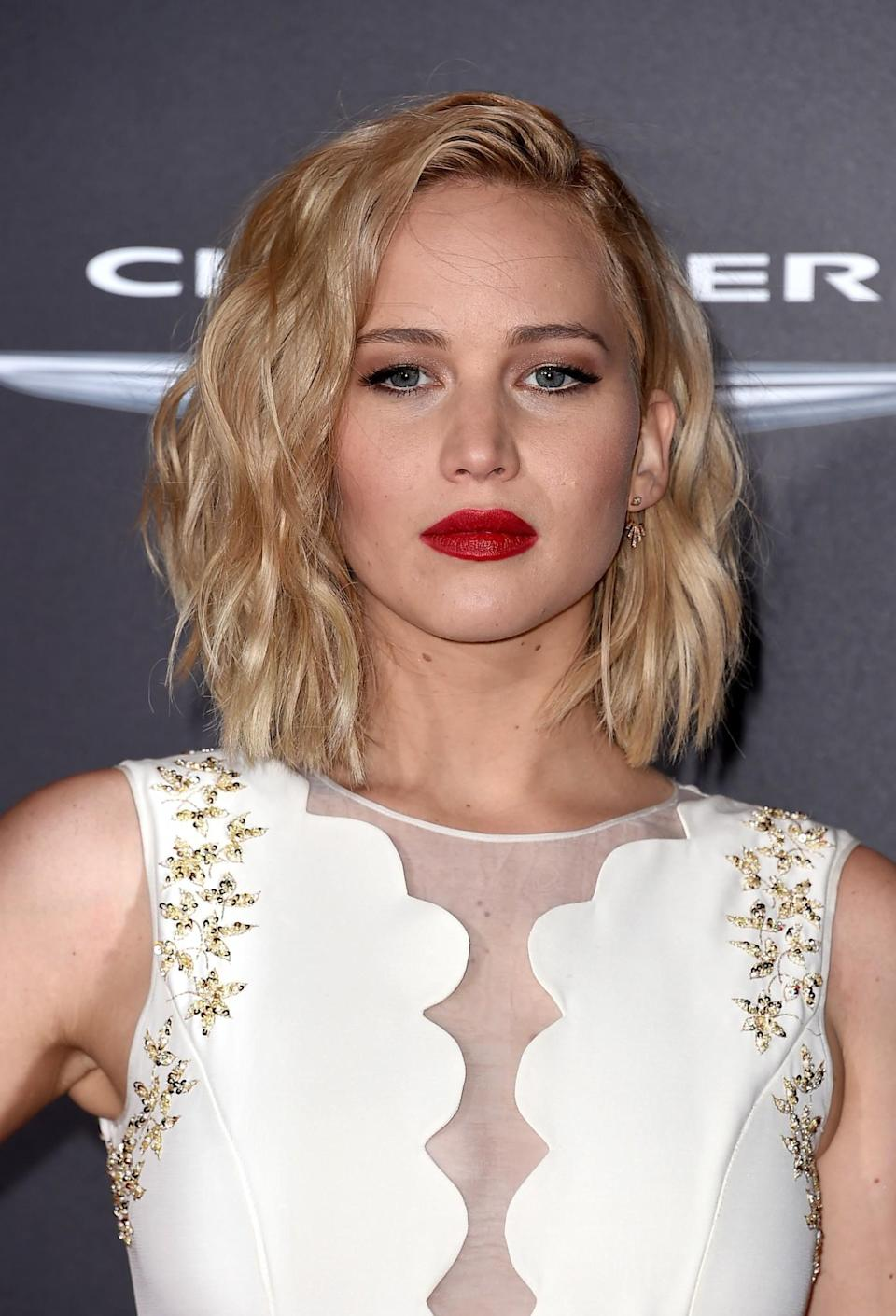 <p>The actress was the splitting image of 'Mad Men' star January Jones, thanks to bold red lipstick and tousled blonde cropped locks at a 'The Hunger Games: Mockingjay Part 2' premiere. [Photo: Getty] </p>