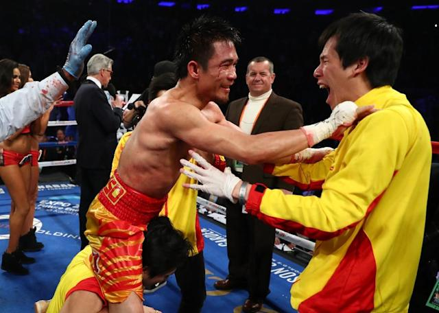 Srisaket Sor Rungvisai of Thailand celebrates a majority decision victory over Roman Gonzalez of Nicaragua to capture WBC super flyweight title, at Madison Square Garden in New York, on March 18, 2017 (AFP Photo/Al Bello)