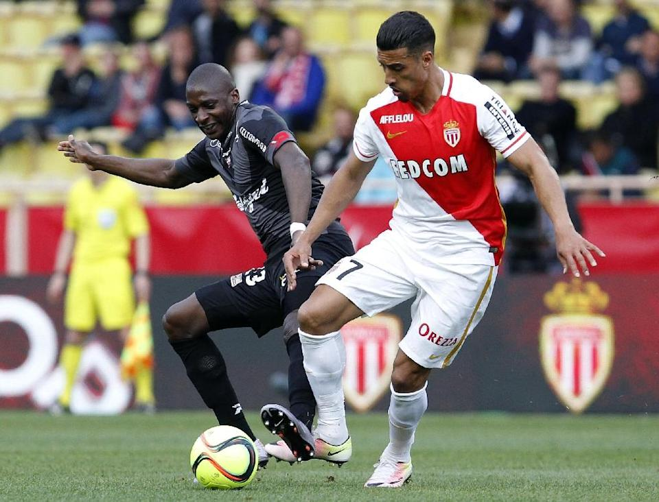 Monaco's Nabil Dirar (R) fights for the ball with Guingamp's Younousse Sankhare during their French Ligue 1 match, at the Louis II stadium in Monaco, on April 30, 2016 (AFP Photo/Jean Christophe Magnenet)