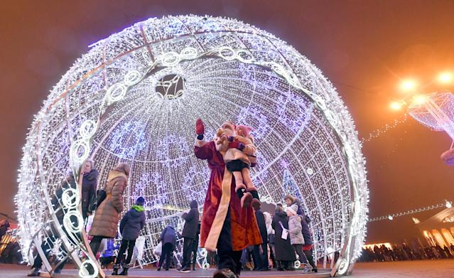 <p>People during New Year celebrations in Oktyabrskaya Ploshchad Square in central Minsk, Monday, Jan. 1, 2018. (Photo: Viktor Drachev/Getty Images) </p>