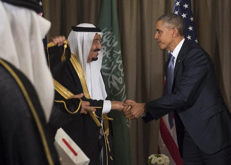 US President Barack Obama (L) shakes hands with Saudi King Salman bin Abdulaziz Al Saud following a meeting on the sidelines of the G20 summit in Antalya, Turkey on November 15, 2015 (AFP Photo/Saul Loeb)