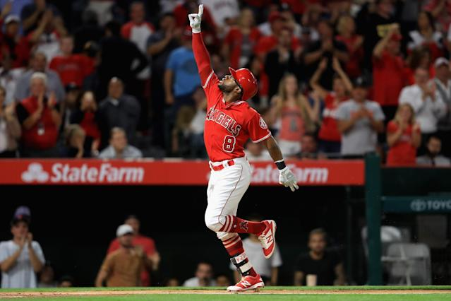 Eric Young Jr. holds three fingers to the sky to honor his late son, Eric Orlando Young III. (Getty Images)