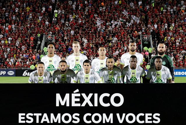 "Soccer Football - Copa Sudamericana - Brazil's Flamengo v Brazil's Chapecoense - Ilha do Urubu stadium, Rio de Janeiro, Brazil - September 20, 2017 Chapecoense squad pose before the match. The banner reads ""Mexico, we are with you."" REUTERS/Bruno Kelly"
