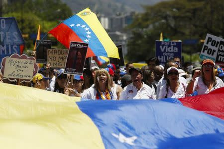Opposition supporters shout during a rally to commemorate International Women's Day and in support of jailed opposition leaders, Leopoldo Lopez and Antonio Ledezma, in Caracas, March 8, 2015. REUTERS/Carlos Garcia Rawlins