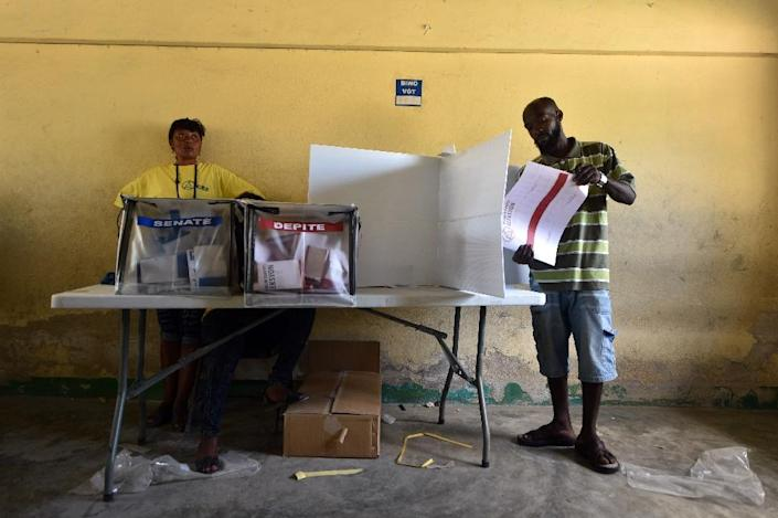 A man votes at a polling station during legislative elections in Port-au-Prince, Haiti on August 9, 2015 (AFP Photo/Hector Retamal)