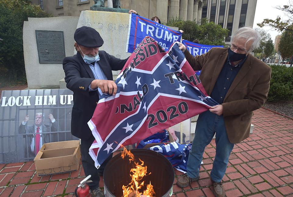 Manifestantes contra Donald Trump queman banderas. (Getty Images)