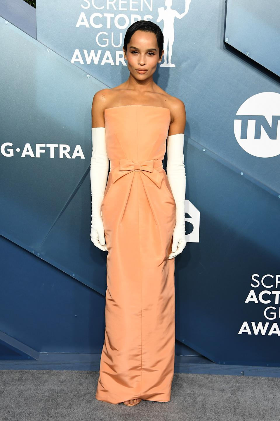 """The """"Big Little Lies"""" delivered '60s glamour in a peach coloured Oscar de la Renta gown with long white evening gloves."""