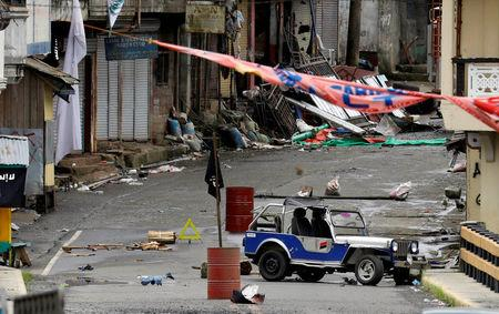 Philippines violence: Marawi civilians trapped as fire breaks truce