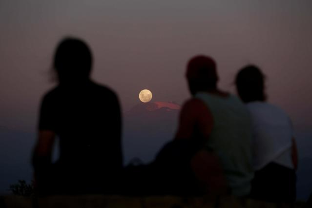<p>A full moon 'super moon' rises over Los Andes mountain range in Santiago, Chile, Jan. 30, 2018. (Photo: Pablo Sanhueza/Reuters) </p>