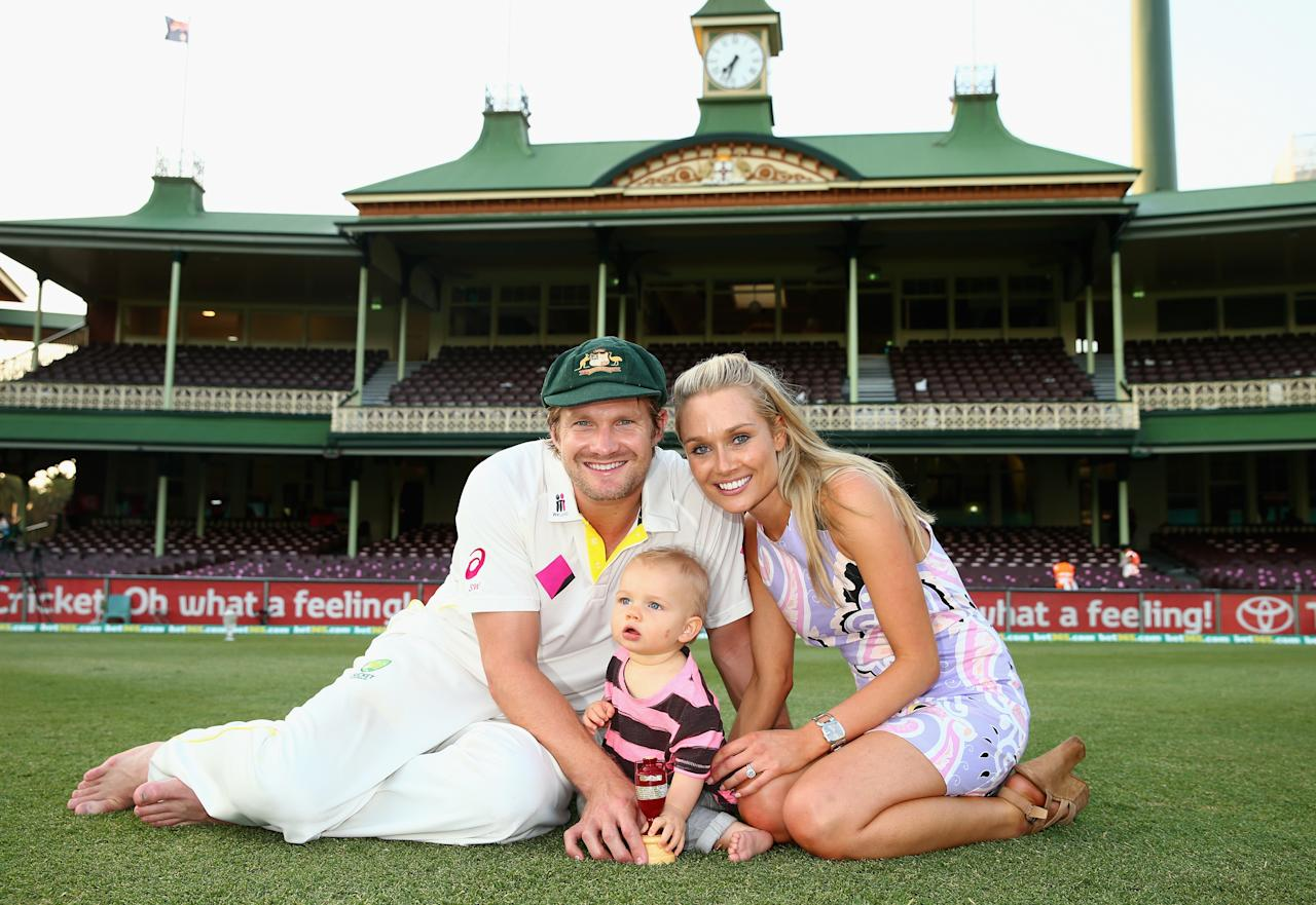 SYDNEY, AUSTRALIA - JANUARY 05:  Shane Watson of Australia, his son Will, and wife Lee , pose with the urn after day three of the Fifth Ashes Test match between Australia and England at Sydney Cricket Ground on January 5, 2014 in Sydney, Australia.  (Photo by Ryan Pierse/Getty Images)