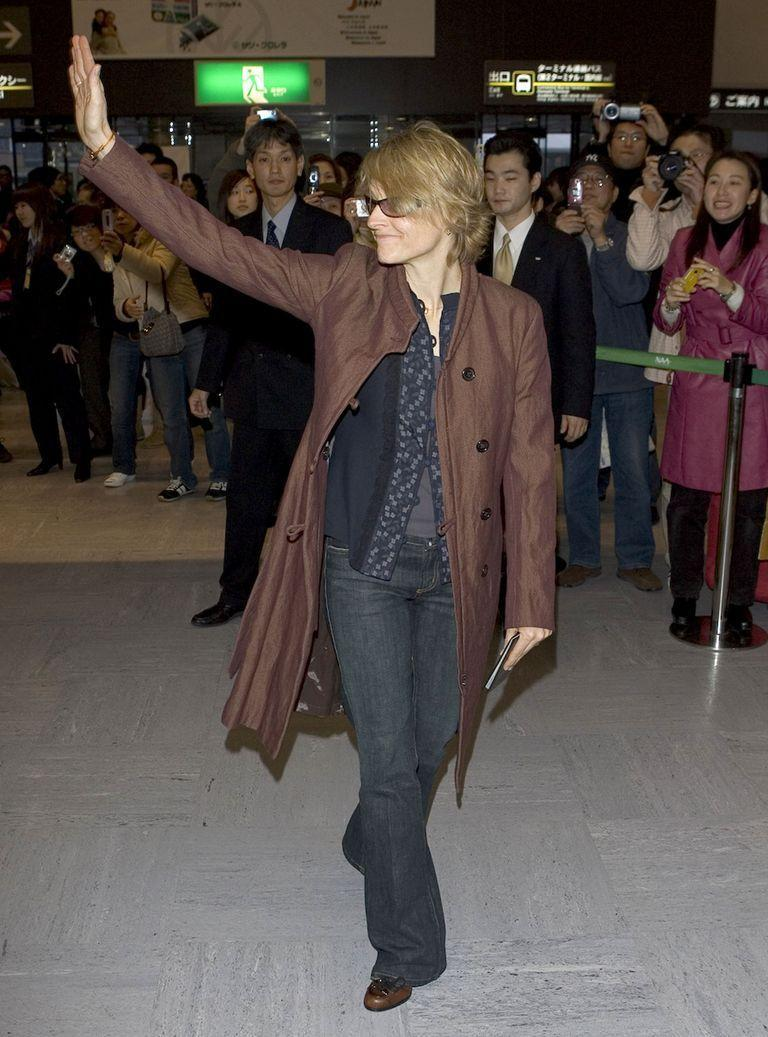 <p>Academy Award-winning actress Jodie Foster gives a warm greeting to her fans as she arrives at an airport in Japan in 2006. </p>