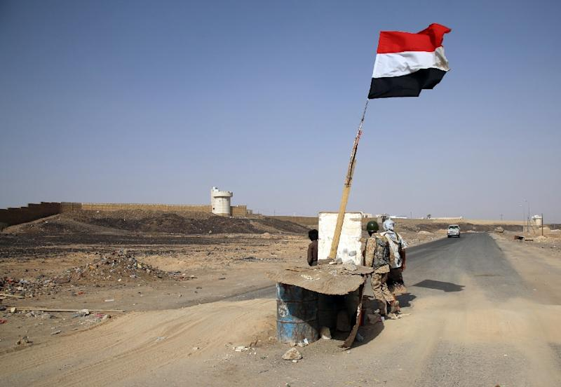 Armed Yemeni tribesmen from the Popular Resistance Committees, supporting forces loyal to Yemen's Saudi-backed President Abedrabbo Mansour Hadi, man a checkpoint in Marib province on October 9, 2015 (AFP Photo/Abdullah al-Qadry)