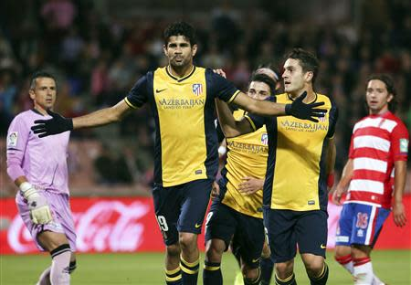 Atletico Madrid's Diego Costa (L) celebrates with teammates after scoring against Granada during their Spanish First Division soccer match at Nuevo Los Carmenes stadium in Granada October 31, 2013. REUTERS/Pepe Marin