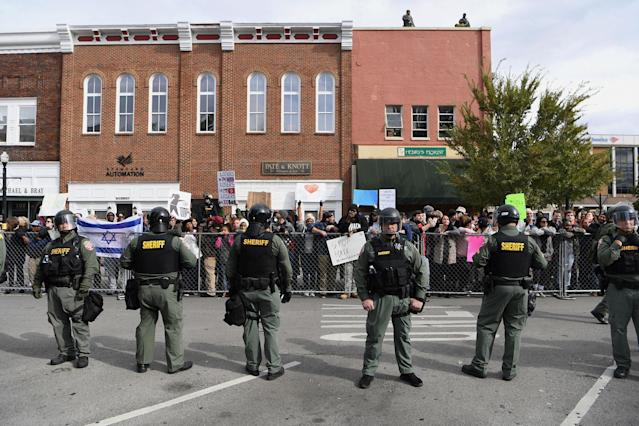 """<p>Police officers form a line between protesters and counter protesters at a """"White Lives Matter"""" rally in Murfreesboro, Tenn., Oct. 28, 2017. (Photo: Bryan Woolston/Reuters) </p>"""