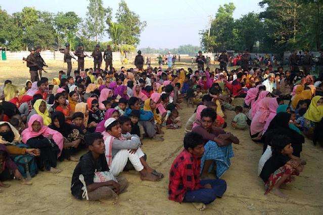 Rohingya Muslims from Myanmar, who tried to cross the Naf river into Bangladesh to escape sectarian violence, are kept under watch by Bangladeshi security officials in Teknaf on December 25, 2016 (AFP Photo/STR)
