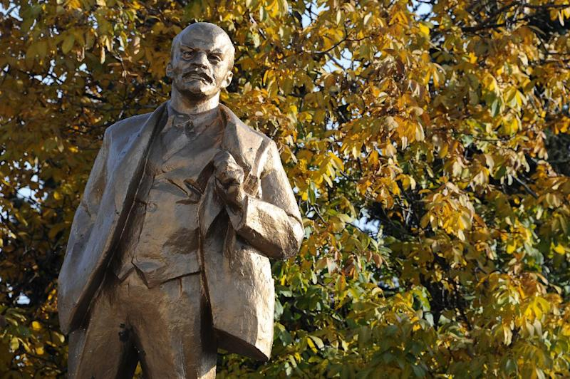 A statue of Lenin in the centre of Snizhne, some 80km east of Donetsk, on October 15, 2014 (AFP Photo/Dominique Faget)