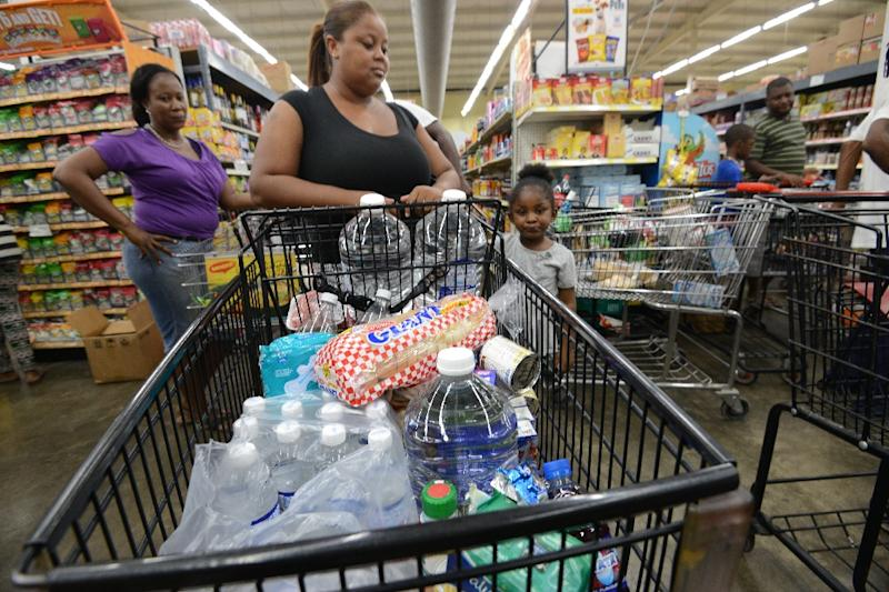 Residents stock up on food before the arrival of Hurricane Matthew, in Portmore, Jamaica, on October 1, 2016 (AFP Photo/Richardo Makyn)