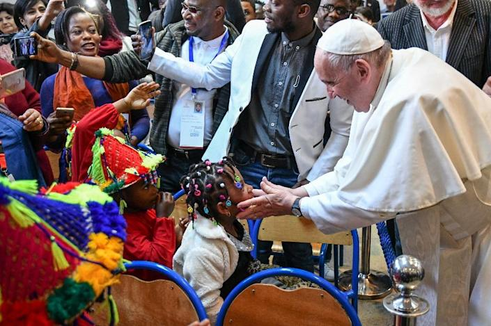The pope finished his Saturday schedule by meeting migrants (AFP Photo/Alberto PIZZOLI)