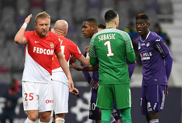 Soccer Football - Ligue 1 - Toulouse vs AS Monaco - Stadium Municipal de Toulouse, Toulouse, France - February 24, 2018 Monaco's Kamil Glik reacts as teammate Danijel Subasic speaks with Toulouse's Ibrahim Sangare REUTERS/Fred Lancelot