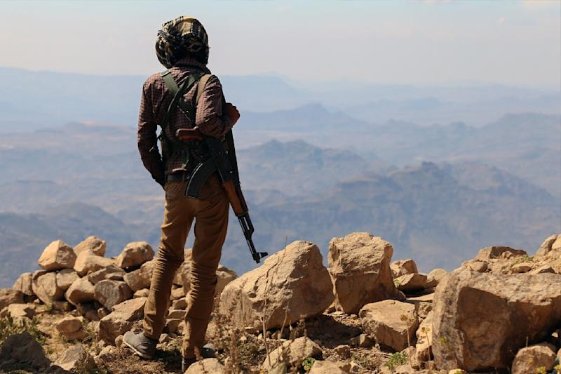 A fighter loyal to Yemeni President Abedrabbo Mansour Hadi stands guard in Taez's Misrakh District on November 26, 2015 (AFP Photo/Ahmed Al-Basha)