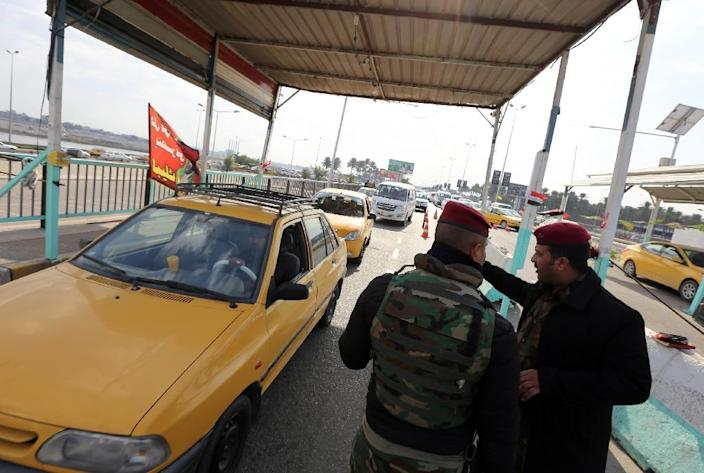 Iraqi security forces have set up checkpoints near Dura, on January 18, 2016 (AFP Photo/Sabah Arar)