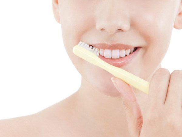 <p><strong>Image courtesy : iDiva.com</strong></p><p><strong>Step 1: Exfoliate</strong><br />Begin your lipstick ritual by lightly scrubbing your lips with a wet toothbrush. This will get rid of all the dry cells which make your lips look chapped.</p><p><strong>Related Articles - </strong></p><p><a href='http://idiva.com/photogallery-style-beauty/pucker-up-10-fruity-lip-colours-were-crushing-on/22849' target='_blank'>Pucker Up: 10 Fruity Lip Colours We're Crushing On!</a></p><p><a href='http://idiva.com/photogallery-style-beauty/make-up-tips-to-look-sexy/16122' target='_blank'>Make Up Tips to Look Sexy</a></p>