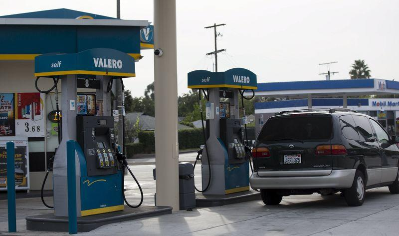Average U.S. gasoline prices resume slide, hit 10-month low: Lundberg