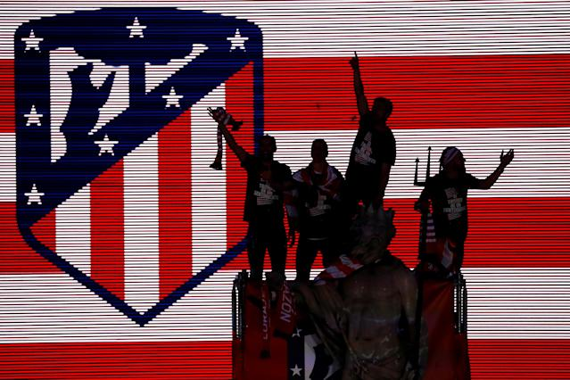 Soccer Football - Atletico Madrid Celebrate Winning The Europa League - Neptuno Square, Madrid, Spain - May 18, 2018 General view of Atletico Madrid's Diego Godin, Fernando Torres and team mates on top of a statue during the celebrations REUTERS/Juan Medina TPX IMAGES OF THE DAY