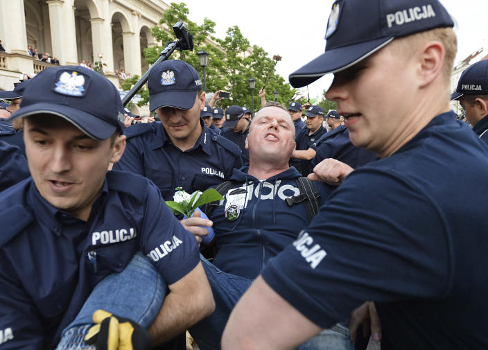 Polish police officers forcibly remove protesters staging an anti-government demonstration in the center of Warsaw, Poland, on June 10, 2017. (Photo: Alik Keplicz/AP)
