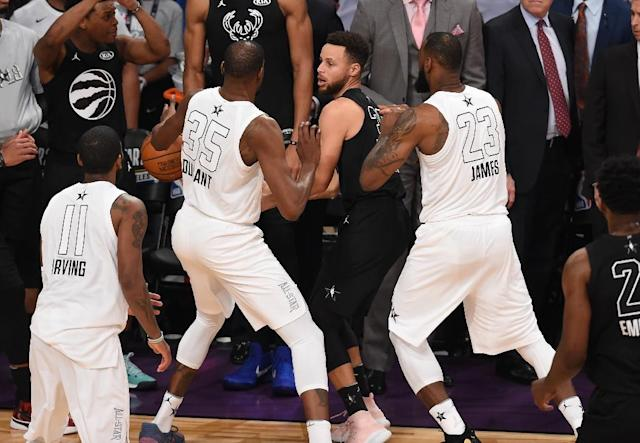 Kevin Durant (L) and LeBron James (R) double team Stephen Curry (C) in the final minute of the 2018 NBA All-Star Game (AFP Photo/Robyn Beck)