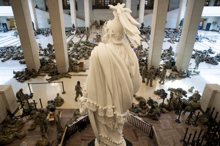Hundreds sleep in visitors hall of US Capitol