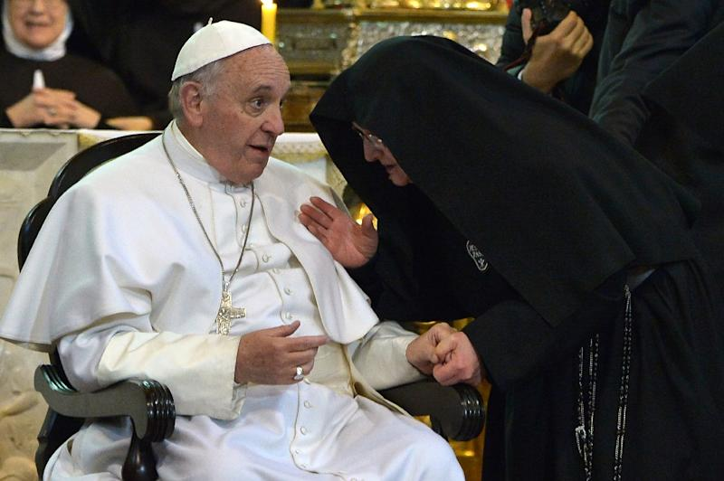 A nun speaks to Pope Francis as he arrives at the Duomo as part of his pastoral visit on March 21, 2015 in Naples (AFP Photo/Alberto Pizzoli)