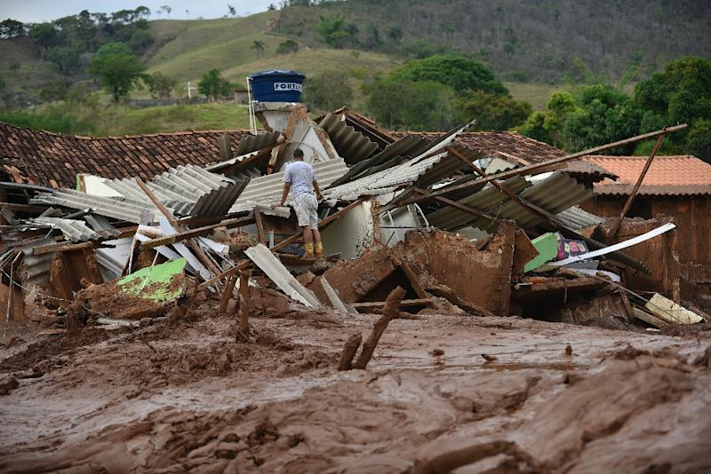 Partial view of mud-covered Paracatu de Baixo, buried by an avalanche of mud and mining sludge in Minas Gerais, Brazil on November 8, 2015 (AFP Photo/Douglas Magno)