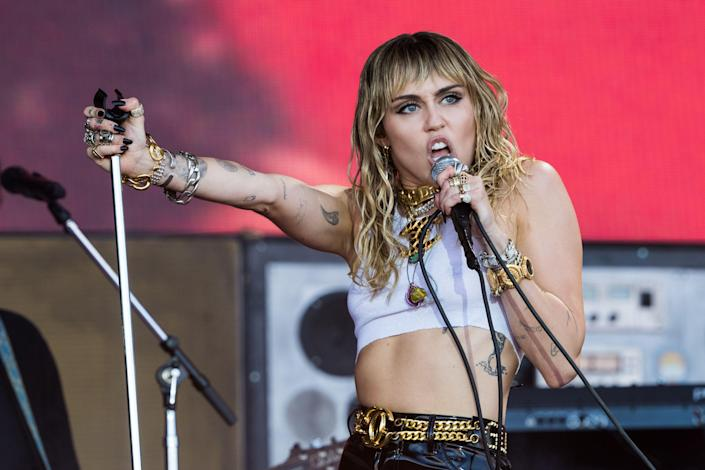 Miley Cyrus singing on stage.