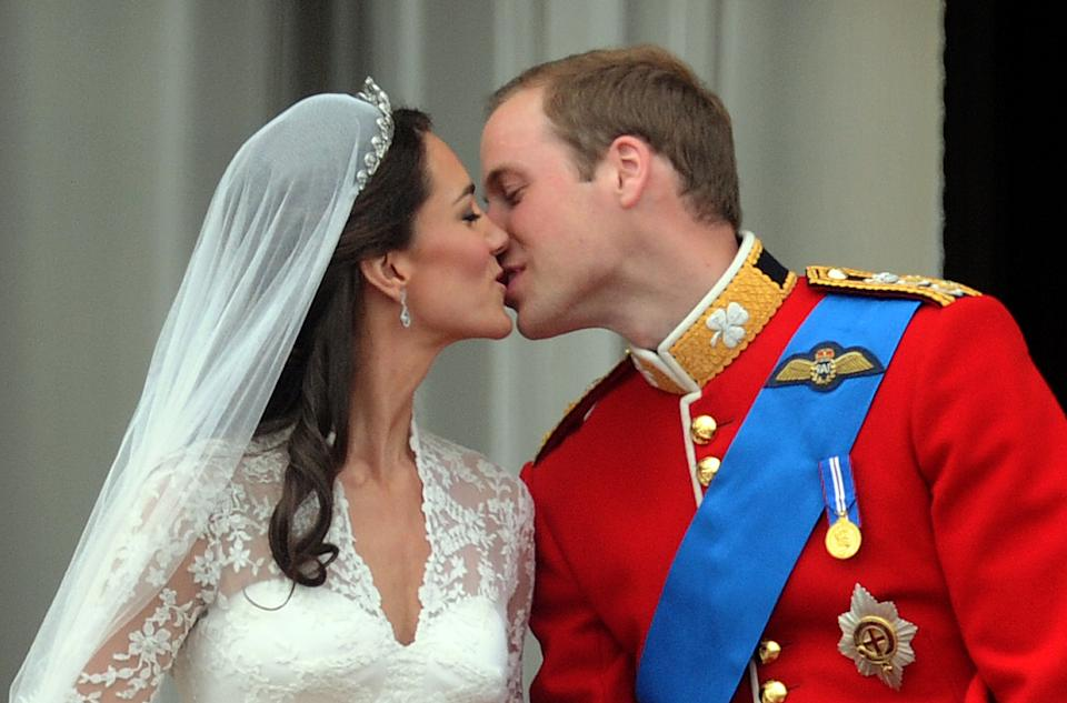 LONDON, UNITED KINGDOM - APRIL 29:  TRH Prince William, Duke of Cambridge and Catherine Middleton, Duchess of Cambridge kiss on the balcony of Buckingham Palace following their wedding on April 29, 2011 in London, England. (Photo by Anwar Hussein/Getty Images)