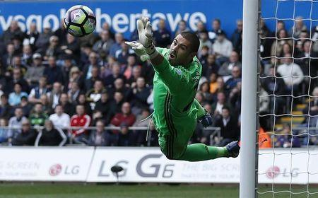 Britain Football Soccer - Swansea City v Middlesbrough - Premier League - Liberty Stadium - 2/4/17 Middlesbrough's Victor Valdes saves a shot Action Images via Reuters / Andrew Boyers Livepic