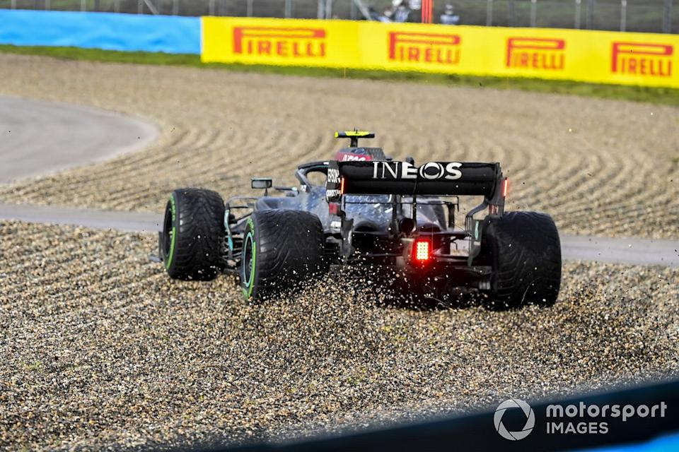 "Valtteri Bottas, Mercedes F1 W11 se va a la grava<span class=""copyright"">Mark Sutton / Motorsport Images</span>"