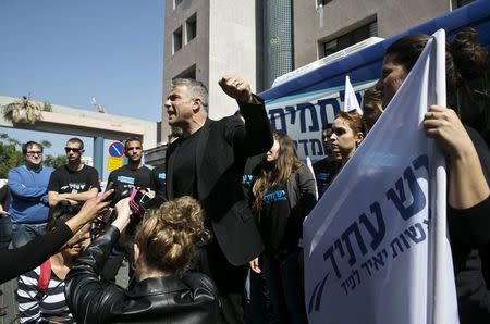 Yesh Atid leader Yair Lapid (C) speaks to members of the media in Tel Aviv before heading on a campaign tour March 15, 2015. REUTERS/Baz Ratner
