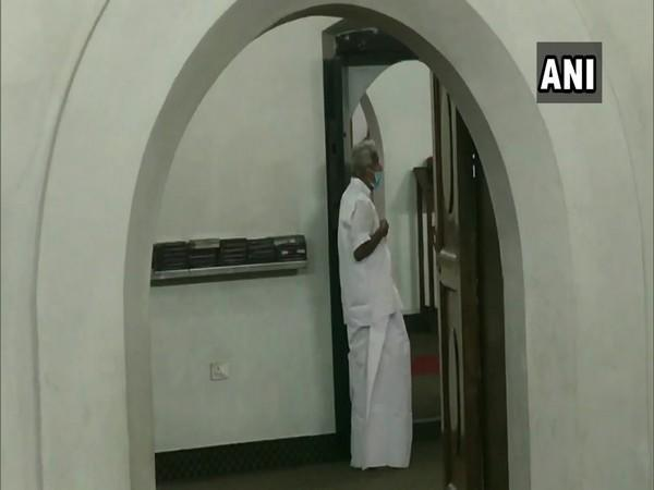 Congress leader Oommen Chandy offering prayers at Puthuppally Church. (Photo/ANI)