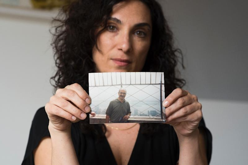 Madhis Keshavarz shows a photo of her late father Massoud, at her home in Los Angeles, on March 17, 2017 (AFP Photo/Robyn Beck)