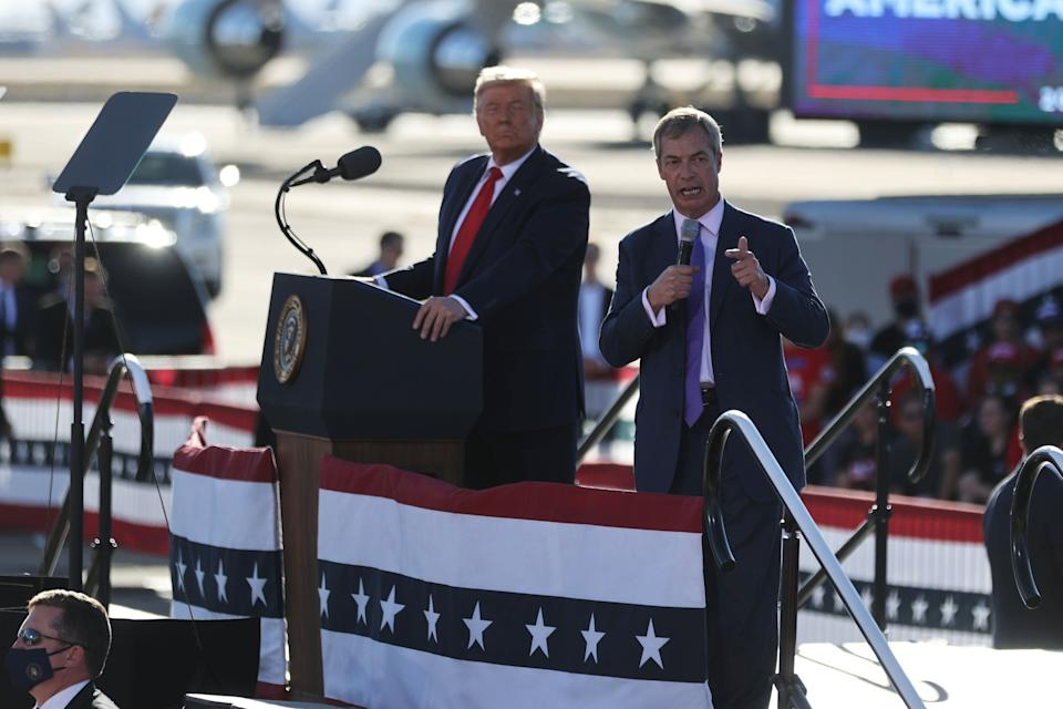 <strong>Nigel Farage speaks next to Donald Trump during a campaign rally at Phoenix Goodyear Airport in Goodyear, Arizona.</strong> (Photo: REUTERS)
