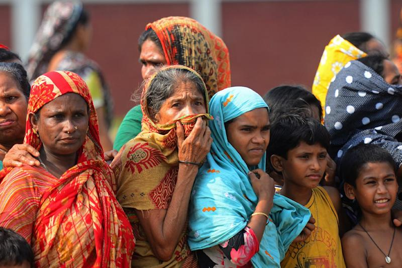 Onlookers gather during the funeral of garment workers killed in the factory collapse at a graveyard in Dhaka on May 1, 2013 (AFP Photo/Munir Uz Zaman)