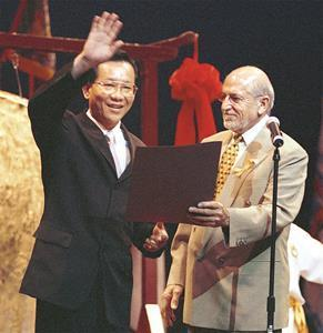 Dr. Hong, Tao-Tze, the leader of Tai Ji Men, is presented with a proclamation by the representative of Mayor Jeremy Harris of Honolulu in 2001, declaring September 16, 2001 as Tai Ji Men Qigong Academy and Dr. Hong Tao Tze Day in Honolulu.