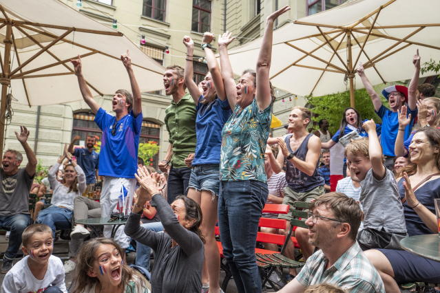 PHU30851 PUVI. Bern (Switzerland Schweiz Suisse), 15/07/2018.- Supporters of the French national soccer team react as they watch a public broadcast of the FIFA World Cup final soccer match between France and Croatia in Bern, Switzerland, 15 July 2018. (Croacia, Mundial de Fútbol, Suiza, Francia) EFE/EPA/PATRICK HUERLIMANN