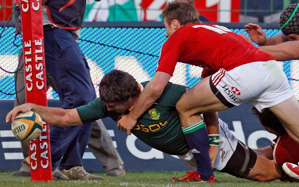 Jaque Fourie stretches out to score - AP