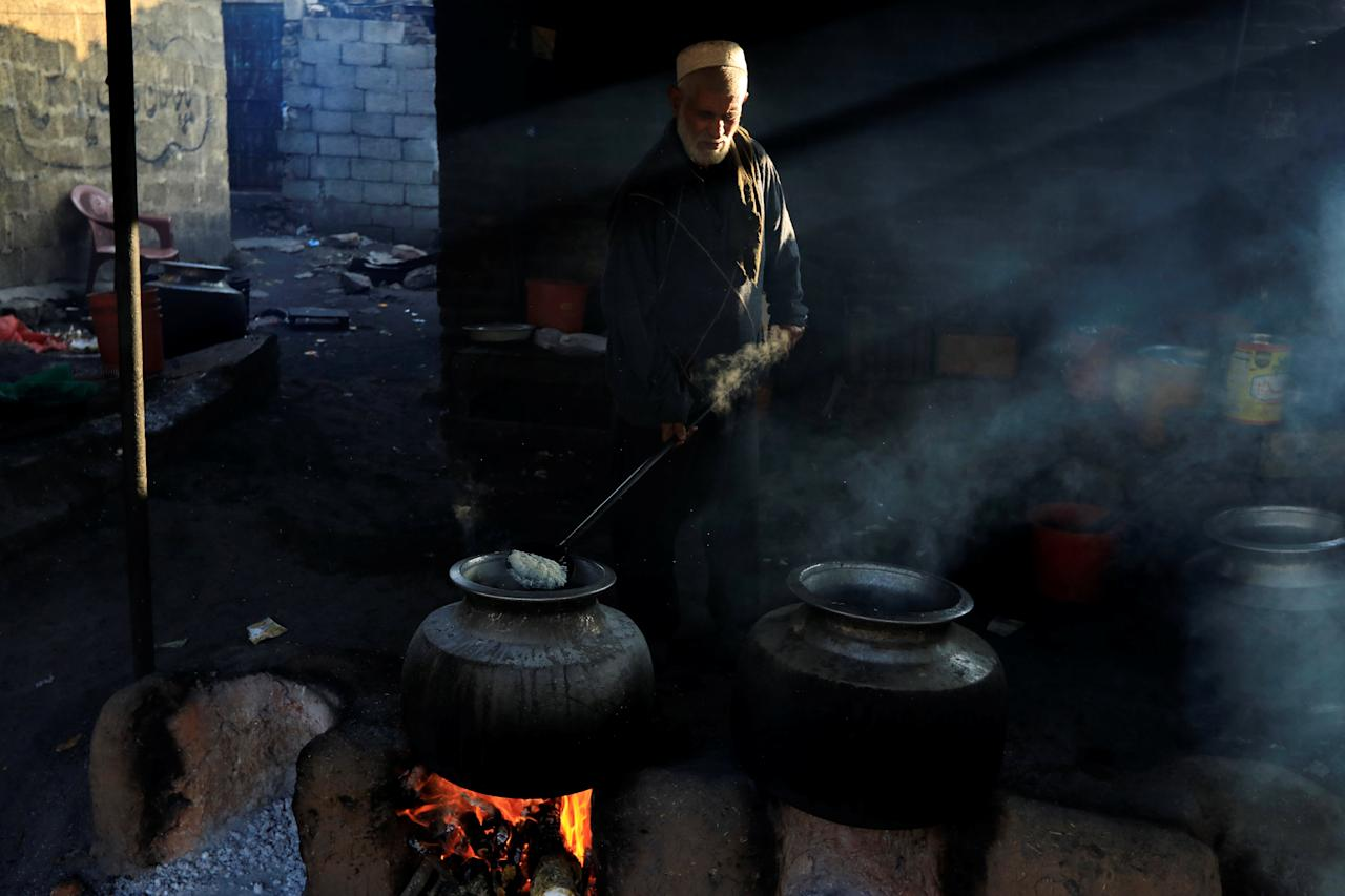 A man cooks rice to be donated by devotees at the shrine of Bari Imam in Islamabad, Pakistan, December 14, 2018. REUTERS/Faisal Mahmood
